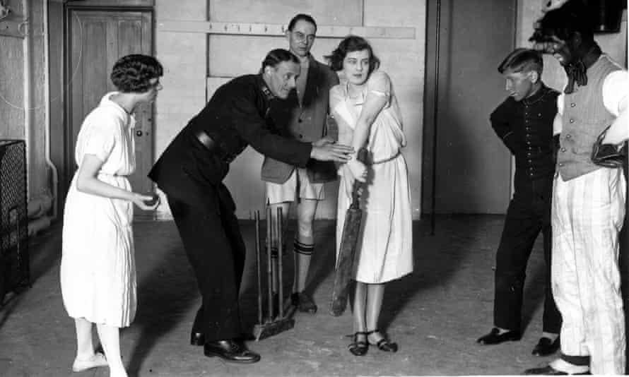 Basil Foster de Worcestershire le enseña a Rosaline Courtneidge cómo luchar