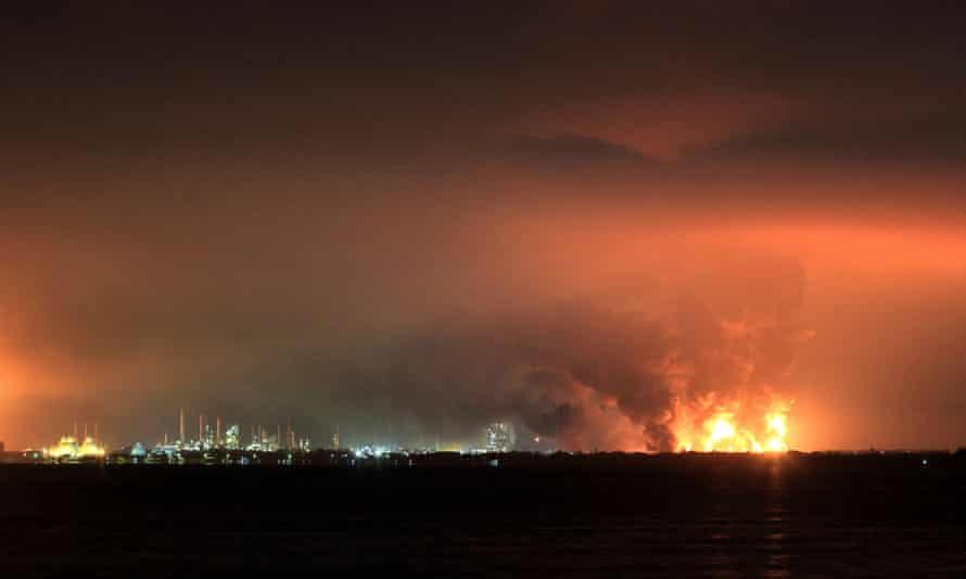 El humo se eleva durante el incendio en la refinería de petróleo Pertamina en Balongan