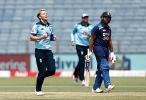 El inglés Sam Curran celebra el wicket de India Rohit Sharma.
