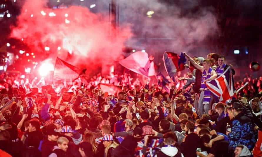 Los fanáticos de los Rangers celebran en Glasgow.