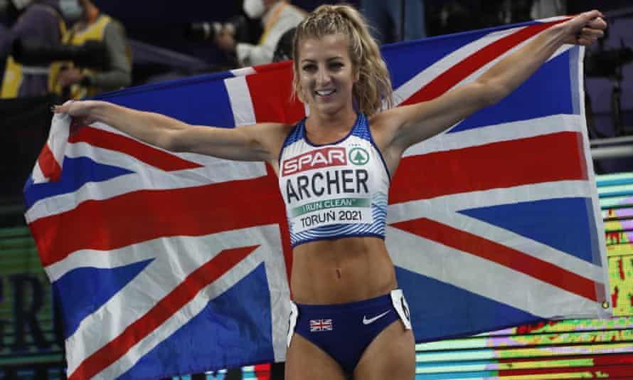 Holly Archer celebra la medalla de plata en los 1500 m.