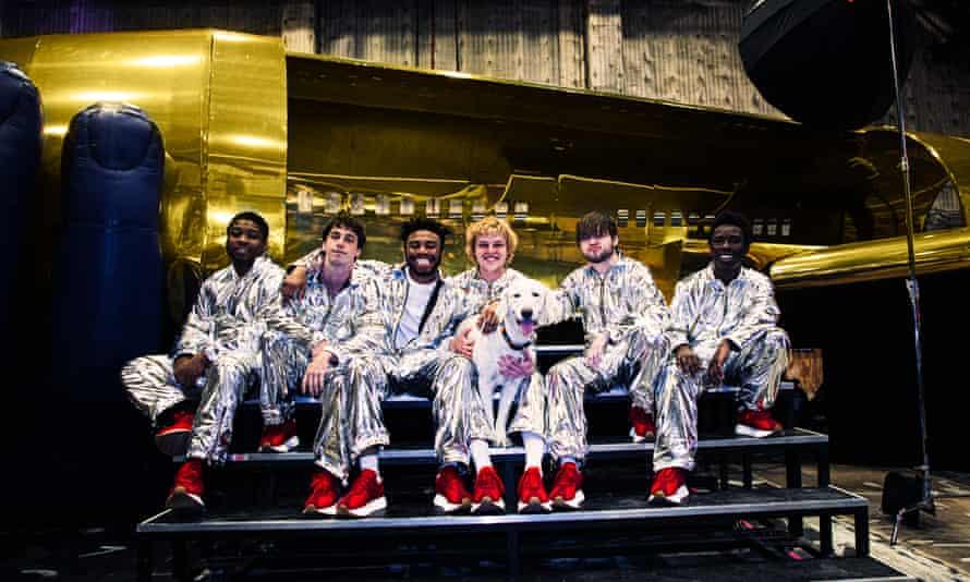 (De izquierda a derecha) Dom McLennon, Matt Champion, Kevin Abstract, Joba, Bearface y Merlyn Wood en 2019.