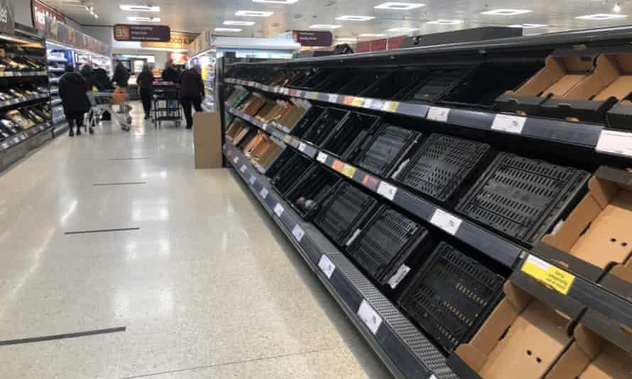 Estantes agotados en Sainsbury's en el centro comercial Forestside en Belfast