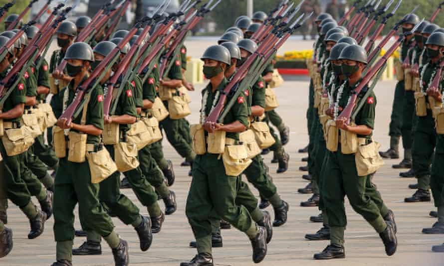 Los miembros de las fuerzas armadas marchan en el 76o Día de las Fuerzas Armadas en Naypyidaw el 29 de marzo.