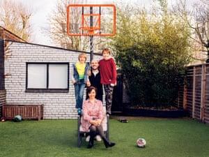 Ilona Bannister con su marido y sus hijos