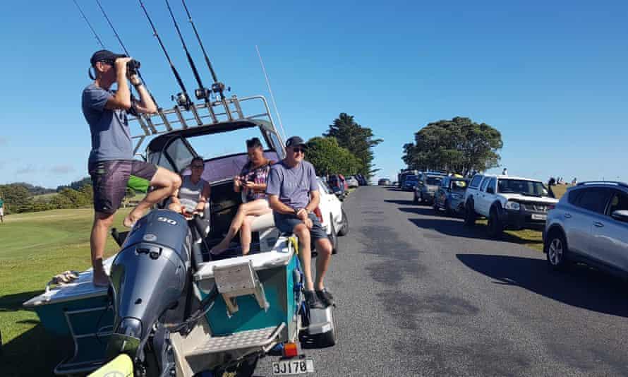 John Fitzgerald, a la izquierda, de vacaciones con su esposa Rita y amigos, escanea el horizonte desde las alturas en busca de señales de un tsunami cerca de Waitangi, Nueva Zelanda, el viernes 5 de marzo de 2021. Un poderoso terremoto de magnitud 8.1 golpeó el océano frente al costa de Nueva Zelanda, lo que provocó la evacuación de miles y provocó alertas de tsunami en el Pacífico Sur. (Peter De Graaf / New Zealand Herald vía AP)