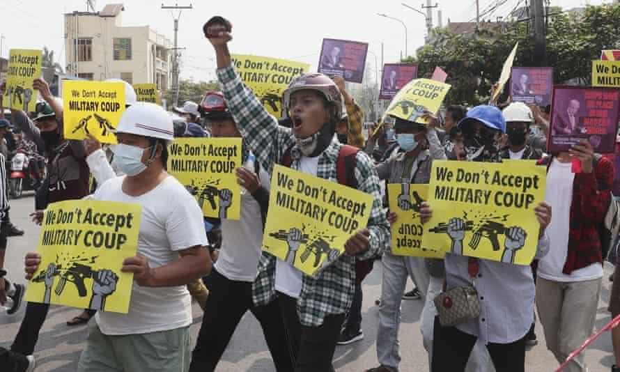 Manifestantes antigolpistas en Mandalay, Myanmar, el domingo 14 de marzo de 2021.