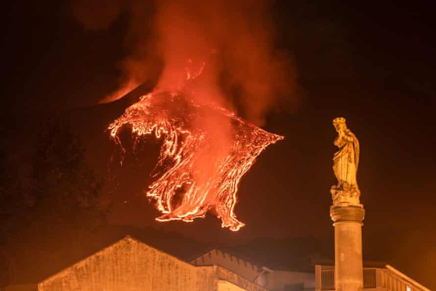 La estatua de la Virgen María cerca de la iglesia principal de Milo con el flujo de lava de una erupción