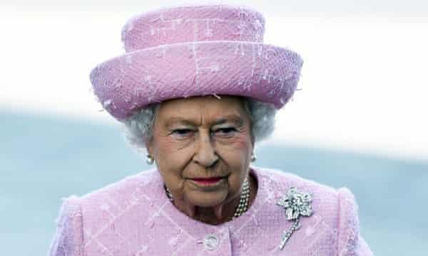 La reina lleva el broche, que presenta un diamante rosa de 54 quilates que se encontró en la mina Williamson y se le presentó como regalo de bodas.