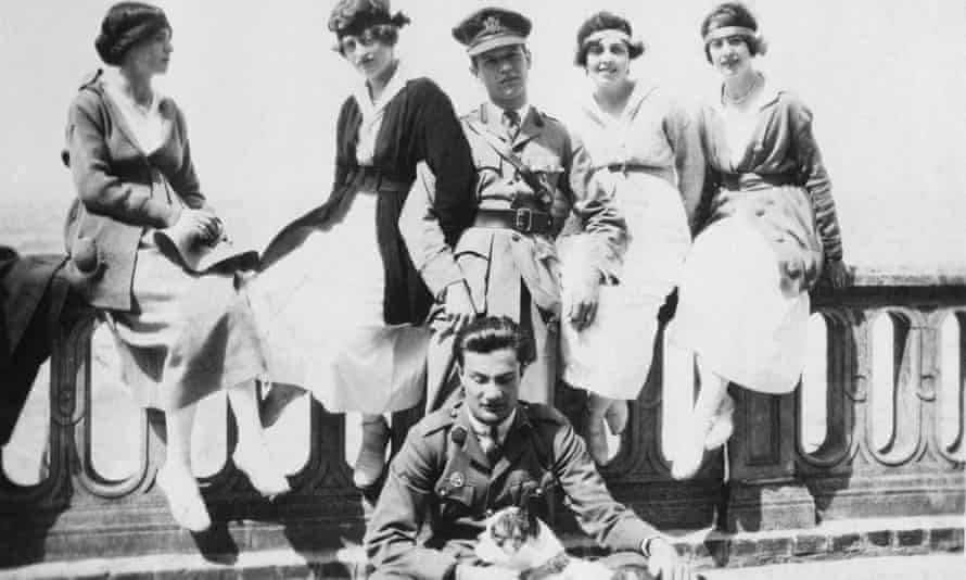 """Henry """"Chips"""" Channon, de pie en el centro, con uniforme de la Cruz Roja Americana, Deauville, Normandía, 1918."""