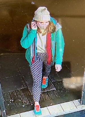 Una imagen de CCTV difundida por la Policía Metropolitana de la mujer desaparecida Sarah Everard.