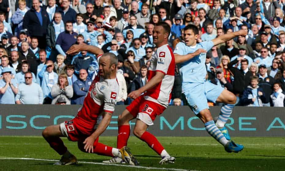 Sergio Agüero pega el gol contra el QPR que ganó el título del Manchester City en 2012.