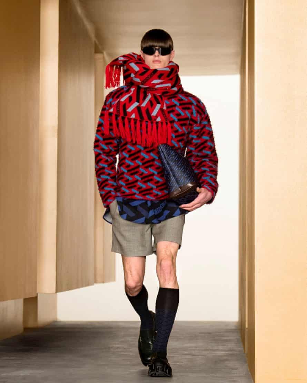 maniquí masculino Una creación de Versace otoño / invierno 2021 durante la semana de la moda de Milán el 5 de marzo.