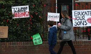Una escuela con pancartas y carteles.