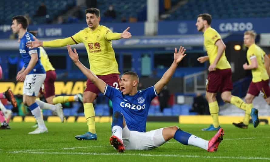 Richarlison apela por un penalti en la derrota en casa del Everton ante Burnley.