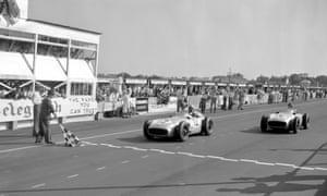 Moss y Fangio cruzan la línea prácticamente juntos.