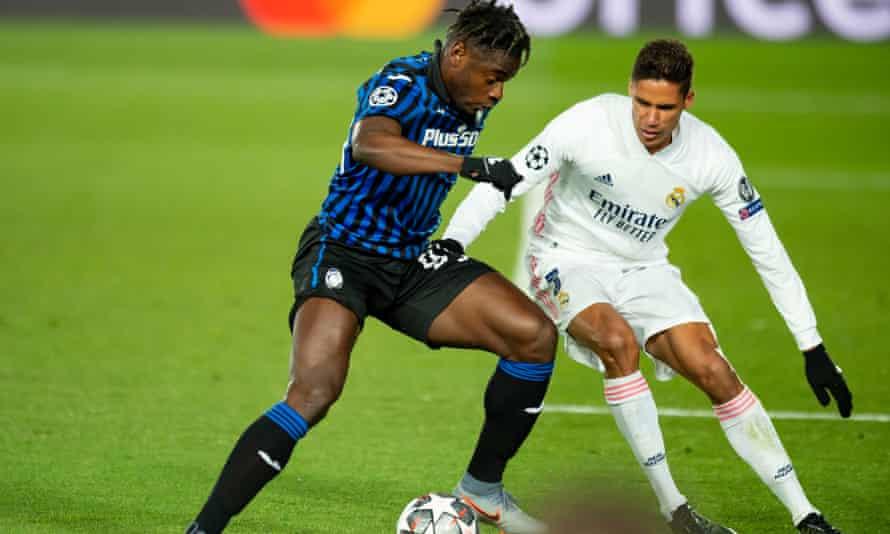 Raphaël Varane defiende ante Duván Zapata de Atalanta