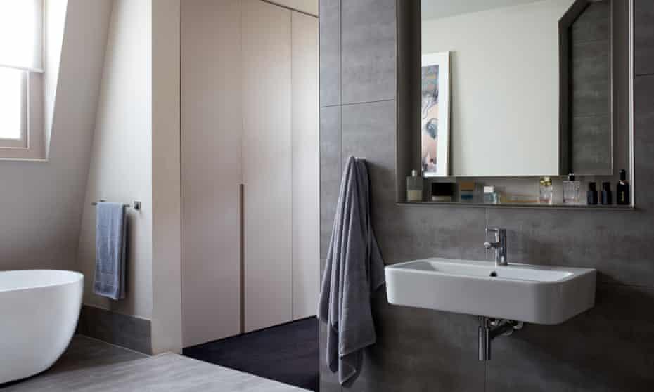 Shades of Grey: El baño contemporáneo contrasta con todos los detalles antiguos y clásicos del edificio.
