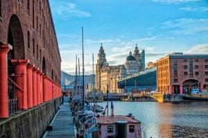 Albert Dock en Liverpool y vista del edificio Royal Liver, el edificio Cunard y el edificio del Puerto de Liverpool.