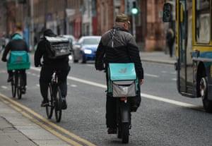 Deliveroo curriers visto en el centro de la ciudad de Dublín durante el bloqueo de nivel 5 de Covid-19.