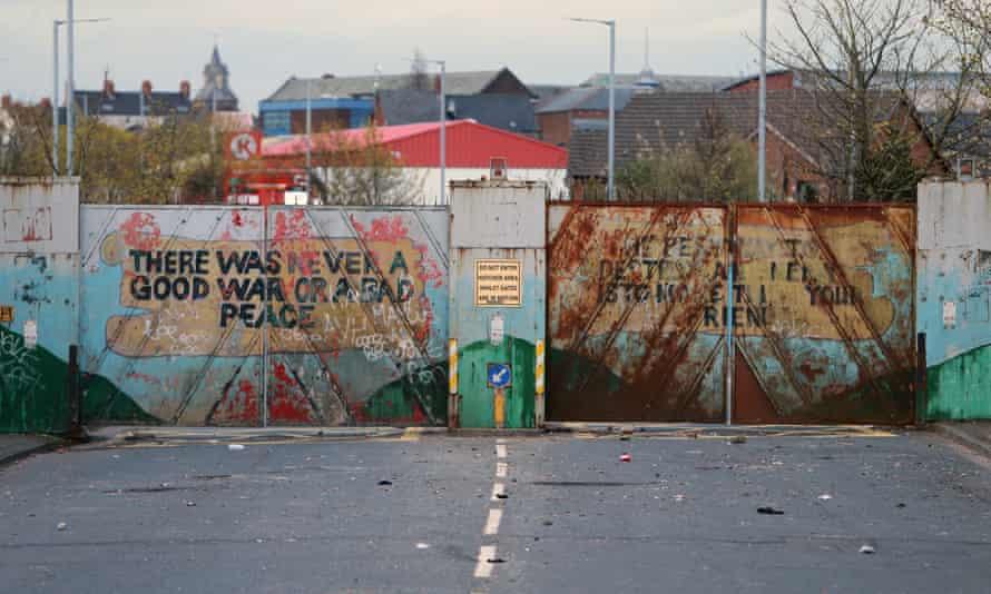 Las puertas de la paz de Lanark Way, que separan la autopista nacionalista católica de Springfield de la autopista protestante Shankill.