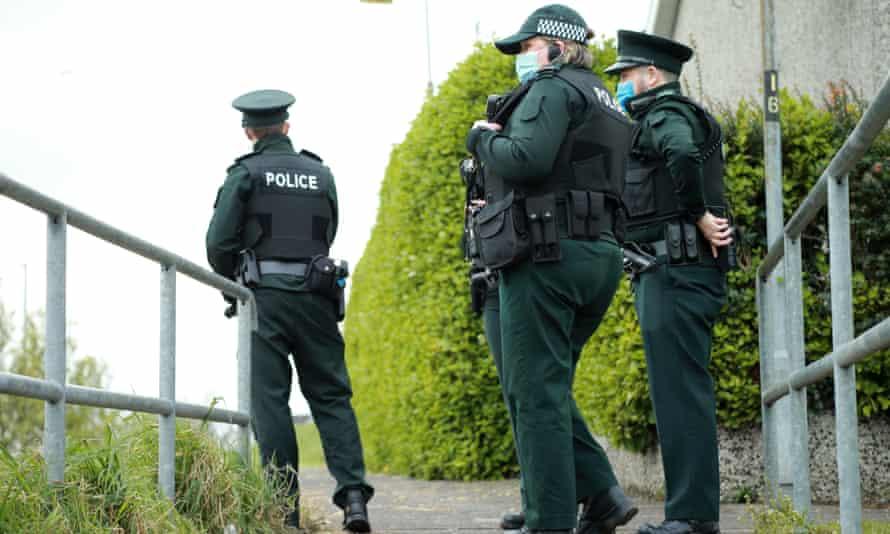 Tres policías patrullan a pie