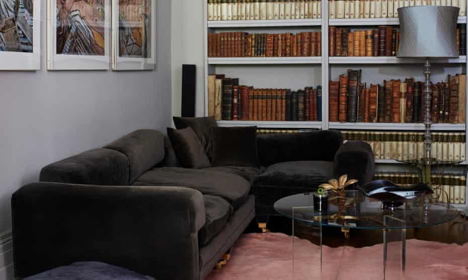 Vida útil: libros raros y muebles modernos en la sala de estar.