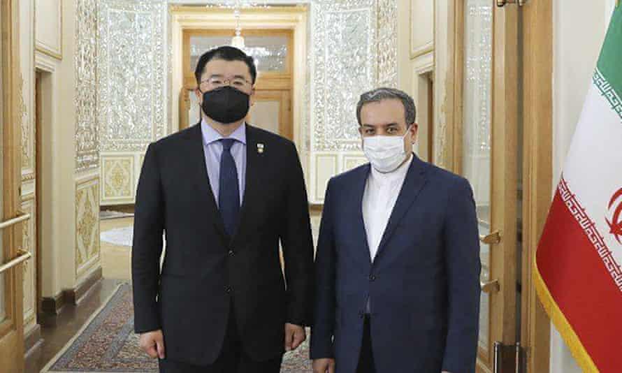 El viceministro de Relaciones Exteriores de Corea del Sur, Choi Jong-kun, a la izquierda, se reúne con su homólogo iraní Abbas Araghchi en Teherán en enero.