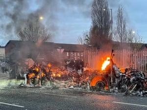 Los restos de un Metrobus Translink que se incendió en Shankill Road en Belfast durante los disturbios de anoche.