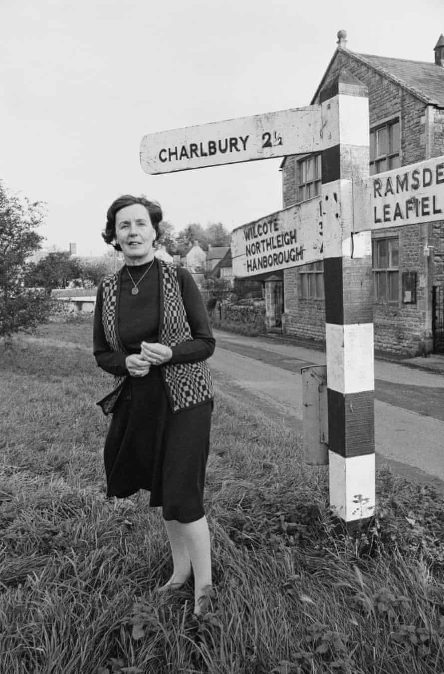 Barbara Pym cerca de su casa en Finstock, Oxfordshire, 1979.
