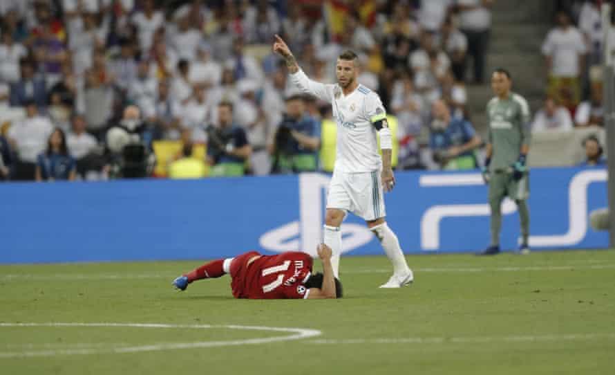 Salah se lesiona tras discutir con Sergio Ramos en la final de la Champions League 2018.