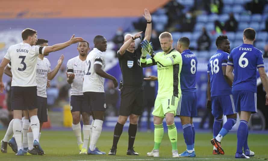 El gol de Fernandinho está descartado y Kasper Schmeichel aplaude