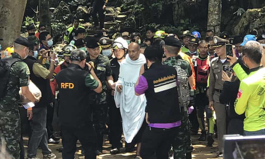 Los rescatistas están ayudando a Phra Manas, en el centro, a salir de la cueva el miércoles.