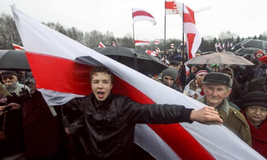 Raman Pratasevich en un mitin de la oposición en Minsk, Bielorrusia, en 2012.