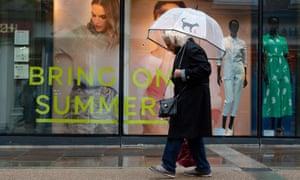 Un escaparate temático de verano en Worcester, ya que el clima húmedo y ventoso cubre gran parte de la región.