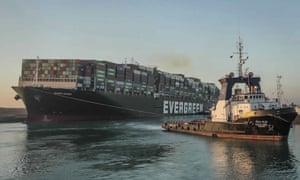El carguero Ever Given está atravesando el Canal de Suez después de ser liberado a fines del mes pasado.