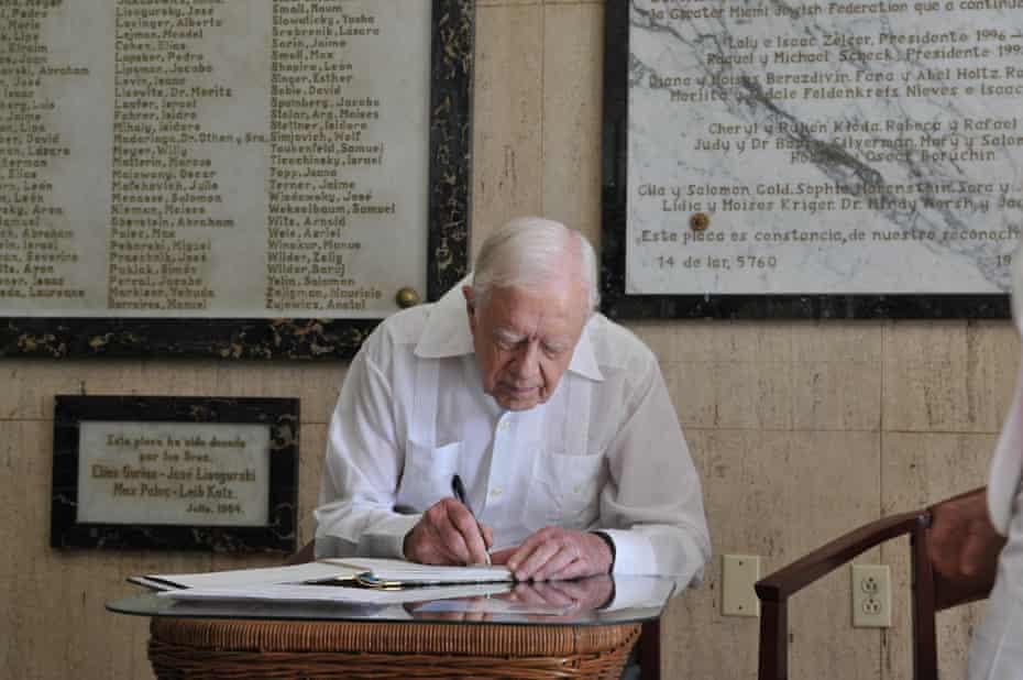 El expresidente estadounidense Jimmy Carter escribe en el libro de visitas al final de su visita al Centro Comunitario Judío Cubano en La Habana el 28 de marzo de 2011.
