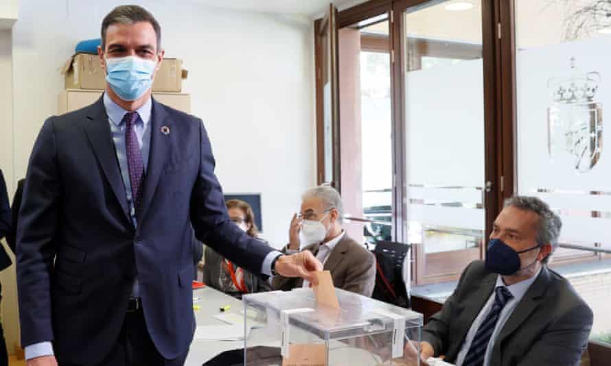 El presidente del Gobierno español, Pedro Sánchez, emite su voto