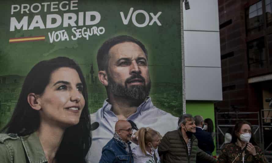 Frente a la sede de la fiesta Vox en Madrid, martes 4 de mayo. El cartel representa a los dirigentes del partido Rocío Monasterio (l) y Santiago Abascal.