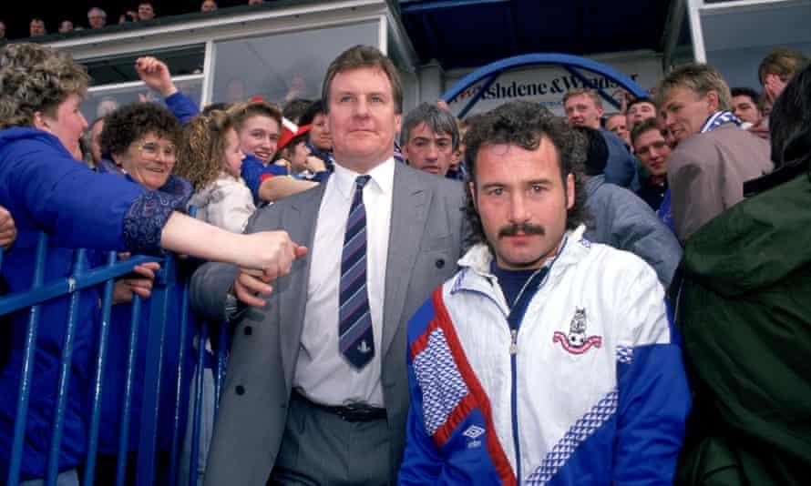 El técnico de Oldham, Joe Royle (centro), celebra su ascenso en 1991.