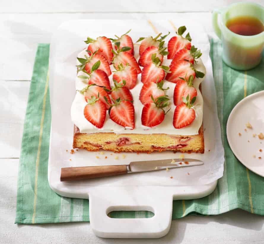 Pastel con fresas y nata.
