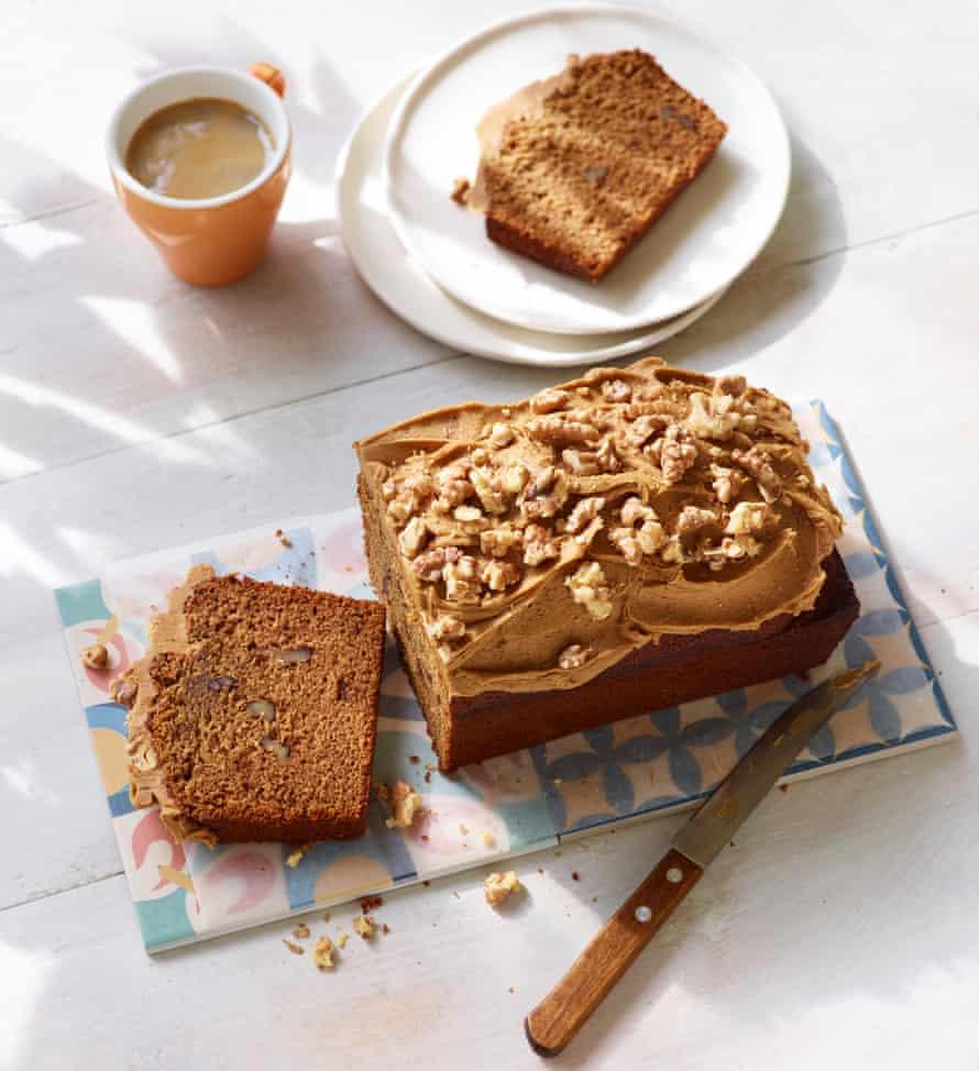 Pastel de pan expreso con mantequilla quemada y glaseado de café.