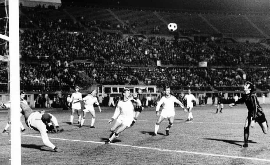 Neil Young no pierde de vista el balón antes de golpearlo en el gol de apertura del partido en la victoria por 2-1 del Manchester City sobre Gornik Zabrze en la final de la Recopa de Europa de 1970.