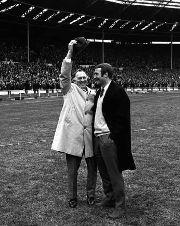 El técnico del Manchester City, Joe Mercer (izquierda), se quita el sombrero con el entrenador Malcolm Allison después de vencer al Leicester en la final de la Copa FA de 1969.