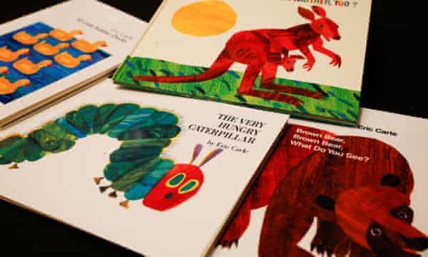 Una selección de libros de Eric Carle. Trabajó en collage, colocando capas de papel tisú, creando imágenes en casi transparencia, así como en colores profundos de varias capas.