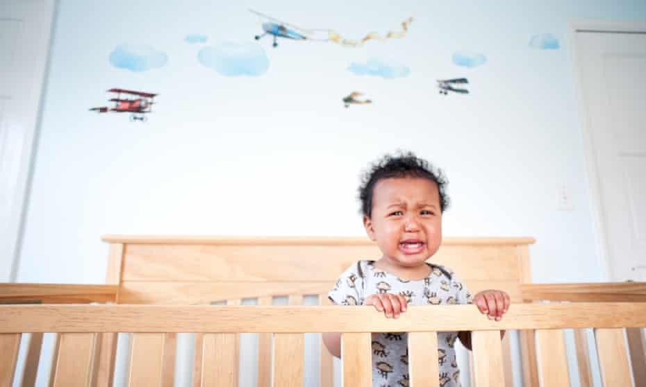 Niño pequeño de pie llorando en su punto