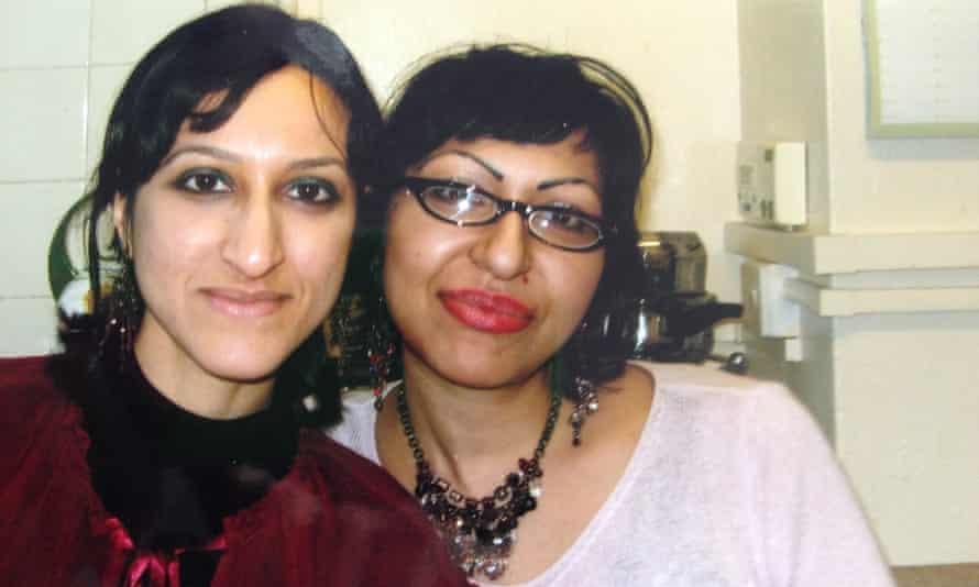 Arifa Akbar (izquierda) y Fauzia con sus padres en Londres, alrededor de 2005.