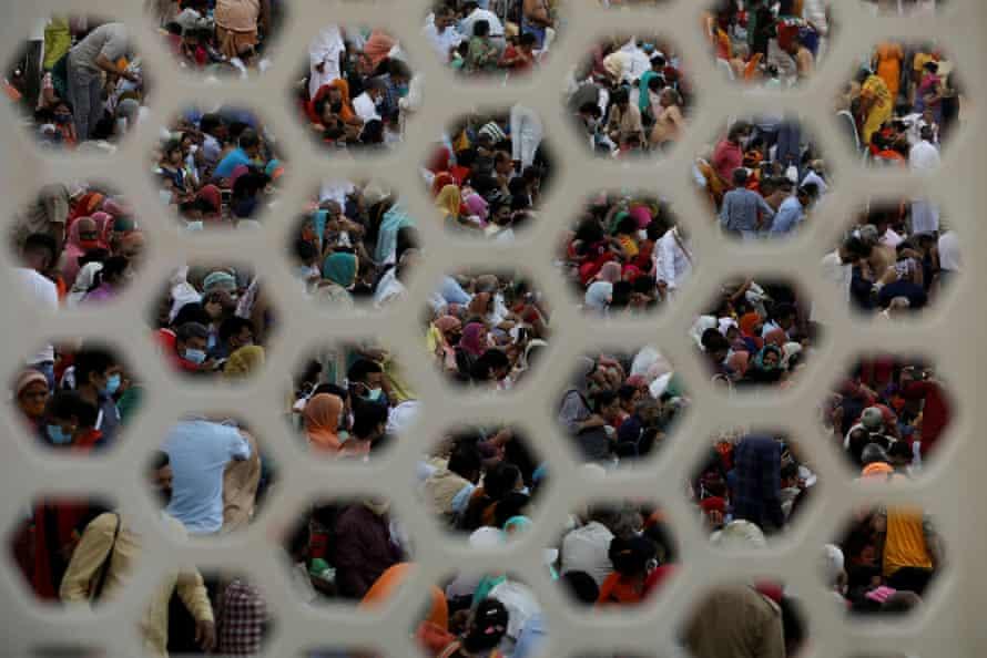 Los fieles se reúnen para las oraciones vespertinas a orillas del Ganges durante el Kumbh Mela, el 13 de abril.