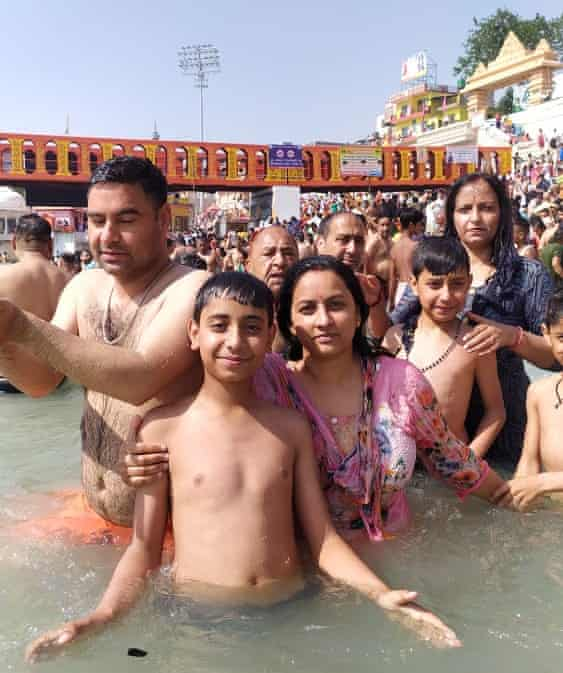 Familia de Thakur Puran Singh en el Ganges durante Kumbh