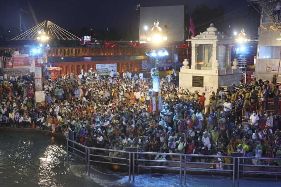 Los fieles se sientan y rezan por la noche en los ghats del Ganges el 12 de abril.